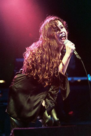 Alanis Morissette performing at the brink of her stardom in 1995. (Courtesy of Jeff Kravitz)